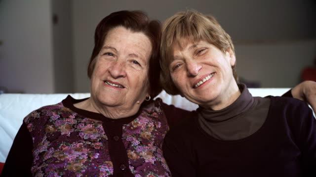 Retrato-de-la-familia:-ancianos-madre-con-hija-madura-riendo
