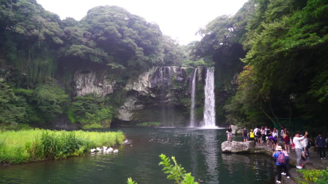 Muchos-turistas-en-Cataratas-Cheonjiyeon-Jeju-Island-2016-Sept-6th