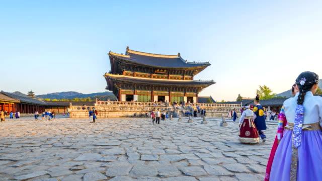Hiper-lapso-de-turistas-pululando-por-Palacio-de-Gyeongbokgung-en-Seúl-Corea-del-sur