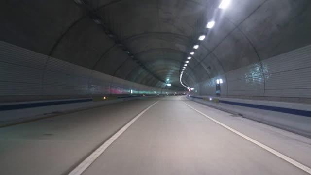 Vista-de-timelapse-del-Tohamsan-conducción-túnel-en-Corea-del-sur