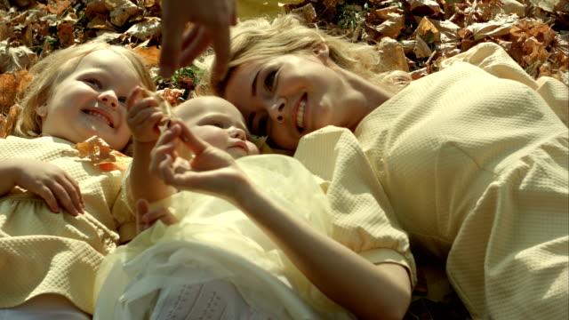 Glückliche-Familie-Spaß-im-Freien-im-Herbst-park