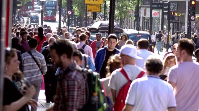 Menge-von-Menschen-zu-Fuß-in-die-Londoner-Straße-20-April-2017-London-UK