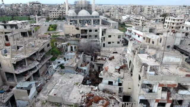 Luftaufnahme-über-Häuser-nach-der-Bombardierung