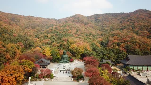 Otoño-de-vista-aérea-de-la-estatua-de-Buda-en-templo-Seúl-Corea