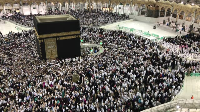 Peregrinos-musulmanes-circunambulando-y-orar-frente-a-la-Kaaba