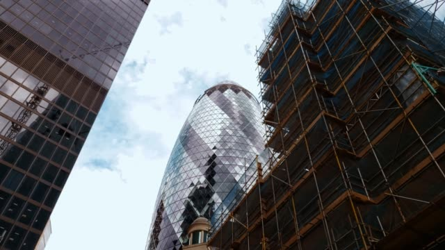 New-Construction-and-Gherkin-Building-London-With-Clouds-And-Sun-Reflections-4k