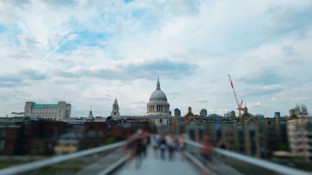Hyper-Zeitraffer-Millennium-Bridge-London-4k