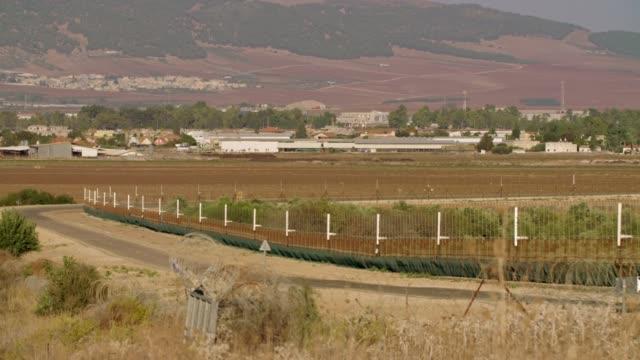 Cerca-de-la-frontera-entre-Israel-y-Cisjordania-alambre-de-púas-cerca-electrónica-