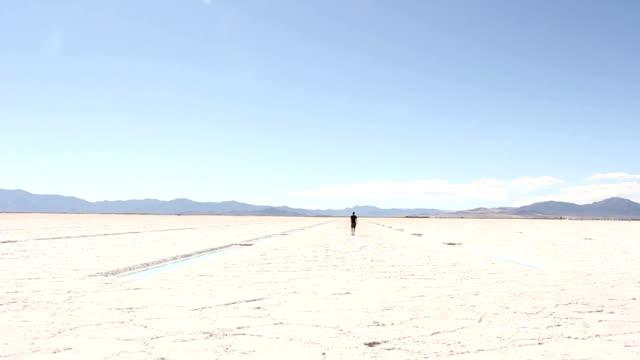 Mann-in-Gehminuten-zu-Fuß-entfernt-auf-der-Salt-Flats