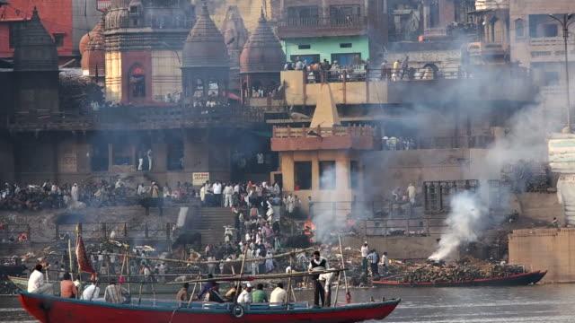 Burning-Ghat-por-el-río-Ganges-en-varanasí