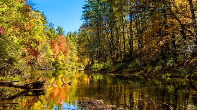 Herbst-Farben-auf-Wasserfall-Linville-Fluss-an-Wasserfällen-North-Carolina