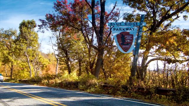 Pasar-nostálgico-de-signo-de-Blue-Ridge-Parkway-cerca-de-la-ciudad-de-Asheville-Carolina-del-Norte