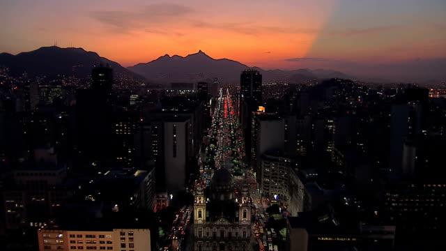 Volar-por-encima-de-Rio-de-Janeiro-el-centro-de-la-ciudad-de-la-calle-Al-atardecer-Brasil