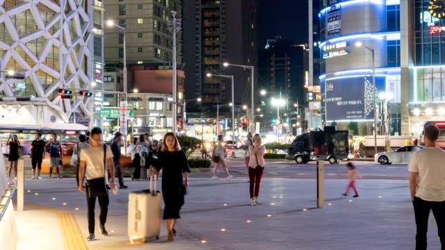 Timelapse-de-la-zona-de-compras-de-la-noche-de-la-ciudad-de-Seúl-Dongdaemun-compras-con-iluminaciones-ocupadas-los-compradores-y-tráficos-