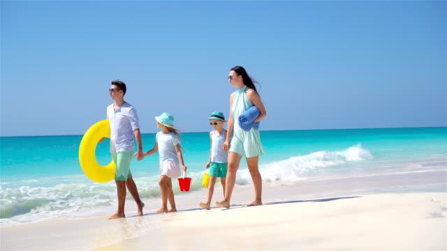 Glückliche-Familie-auf-einem-tropischen-Strand