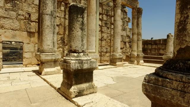Caminando-entre-antiguas-columnas-en-Israel