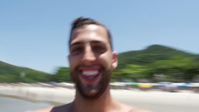 Mann-im-Urlaub-am-Strand-lachen