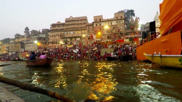 Ghats-von-Varanasi-Diwali-fest-Ganges-und-Boote-Uttar-Pradesh-Indien-Real-Time