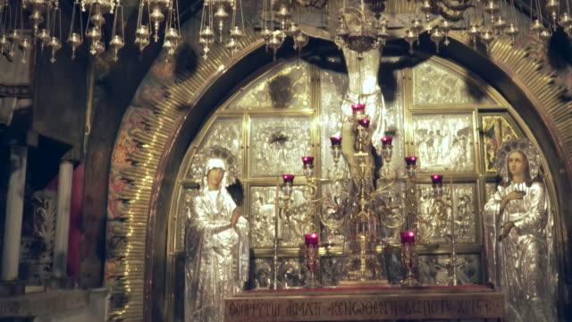 Incline-hacia-abajo-tiro-del-sitio-de-la-crucifixión-y-una-mujer-arrodillada-rezando-en-la-iglesia-del-Santo-Sepulcro