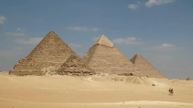 """Pyramiden-von-Gizeh-und-zwei-Kamele-in-Kairo-Ã""""gypten"""