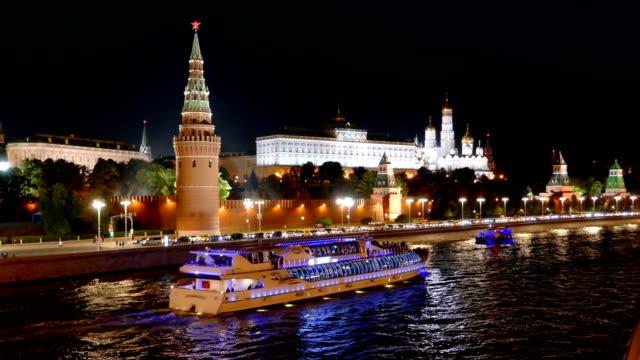 Nachtansicht-des-Moskauer-Kreml-und-Moskwa-Fluss-mit-Kreuzfahrtschiffen-Russland-