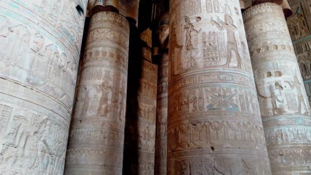 Hermoso-interior-del-templo-de-Dendera-o-el-templo-de-Hathor-Antiguo-templo-egipcio-de-Dendera-Egipto-cerca-de-la-ciudad-de-Ken