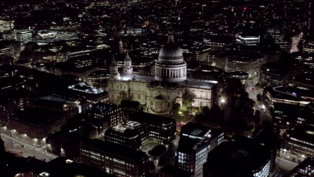 Vista-aérea-nocturna-de-la-Catedral-de-San-Pablo-en-Londres-4K