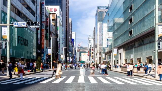 TOKYO-JAPAN-Fußgänger-gehen-und-Einkaufen-im-Ginza-Viertel-