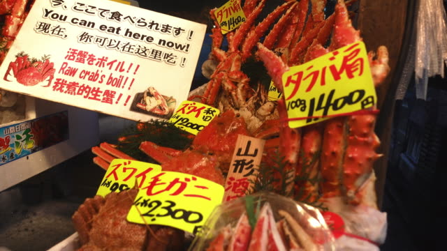 Pan-krabbenbeine-und-Meeresfrüchte-in-einer-japanischen-Fischmarkt