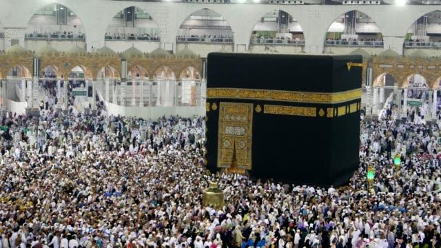 Muslimische-Pilger-umkreisen-der-Kaaba-in-Masjidil-Haram-Mekka-Saudi-Arabien-