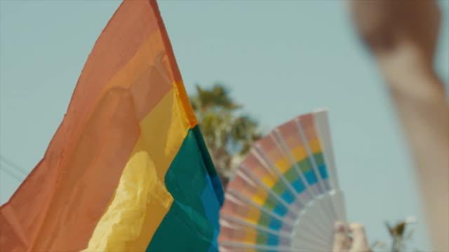 Slow-Motion-der-Pride-Flagge-winken-während-einer-Pride-parade