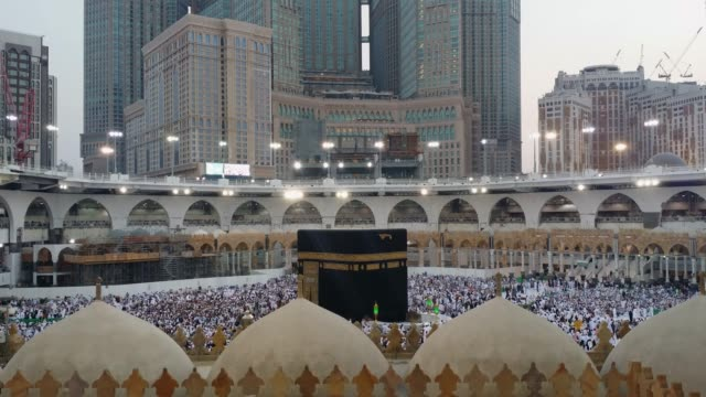 Muslimische-Pilger-umkreisen-und-beten-vor-der-Kaaba