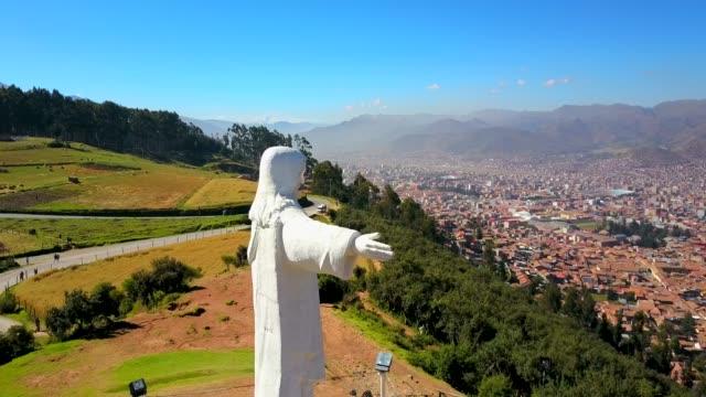 Hermosa-toma-aérea-de-Cristo-blanco-y-forrest-Latinoamérica-
