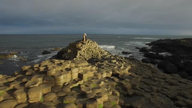 4-k-Luftaufnahme-einer-Königin-auf-Giant-es-Causeway-Nordirland