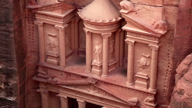 Al-Khazneh-o-la-tesorería-en-la-antigua-ciudad-rosa-de-Petra-en-Jordania