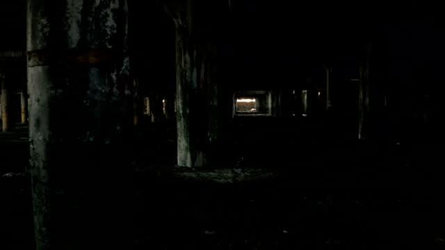 CLOSE-UP:-Viejo-sucio-abandonado-garaje-subterráneo-que-se-decae-en-desolada-Detroit