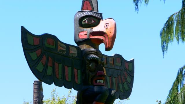 Tótem-icónico-Thunderbird-histórico-nativo-americano-poste-de-arte-talla