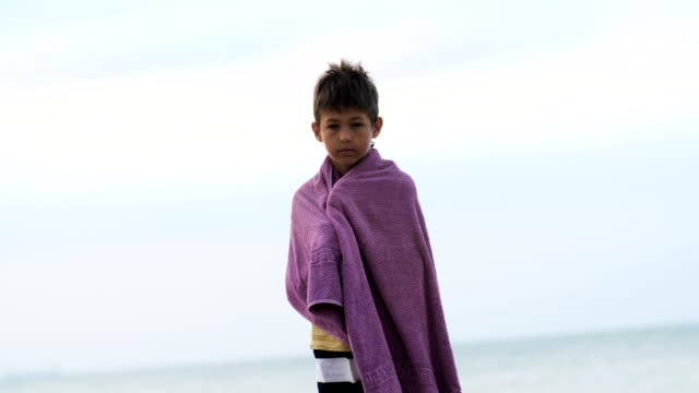 niño-refugiado-triste-cansado-en-una-toalla-encuentra-sola-mirando-a-la-cámara-Chico-está-tratando-de-mantener-el-calor