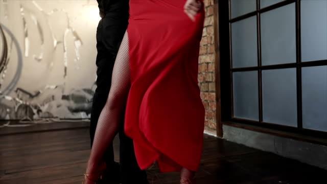Las-esbeltas-piernas-de-bailarines-profesionales-de-danza-tango-
