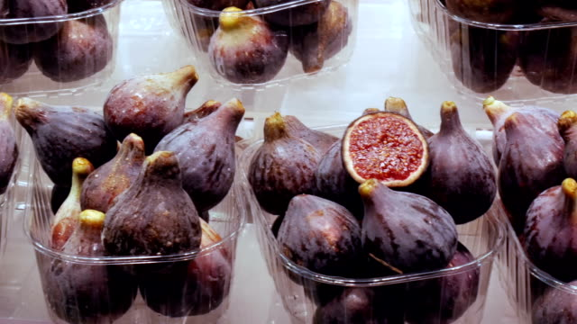 Tropical-fruit-figs-on-a-counter-in-plastic-box-stand-on-ice