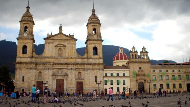 Tauben-und-Menschen-am-Plaza-de-Bolivar-La-Candelaria-Bogotá-Kolumbien-4
