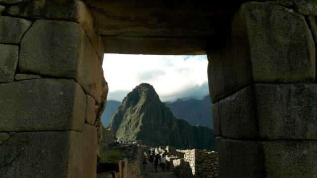 Huayna-picchu-enmarcada-por-una-portada-de-piedra-en-machu-picchu