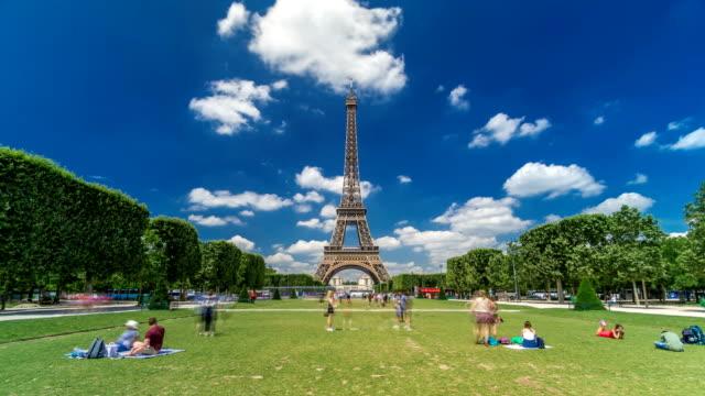 Torre-Eiffel-en-Champs-de-Mars-en-París-timelapse-hyperlapse-Francia