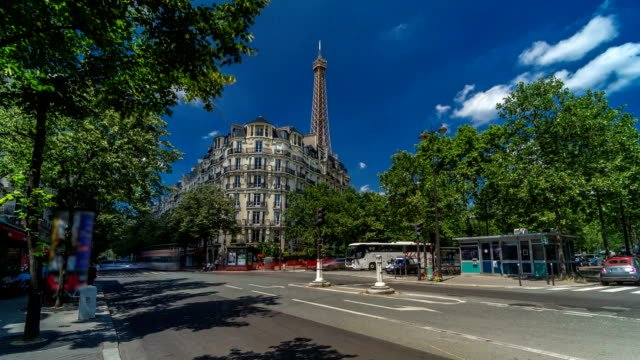 Torre-Eiffel-detrás-de-edificios-históricos-de-París-timelapse-hyperlapse-Francia