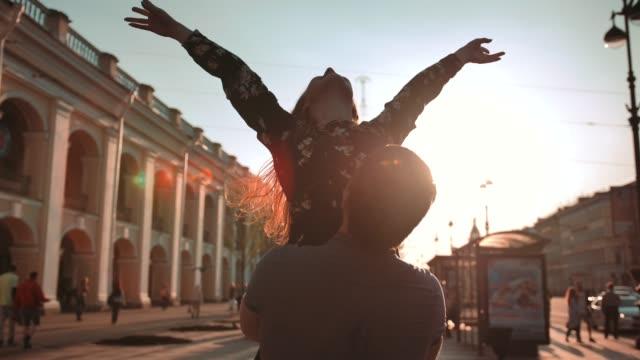 Junges-Paar-männlich-und-weiblich-Tanzen-bei-Sonnenuntergang-Straße-sie-drehen-und-drehen