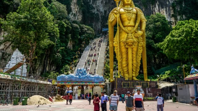 Lord-Murugan-Hindu-Gottheit-Statue-bei-Batu-Caves-und-touristischen-Flow-in-Malaysia-Zeitraffer-4K