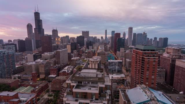 Willis-Tower-y-centro-de-día-de-horizonte-de-Chicago-para-Timelapse-atardecer-noche