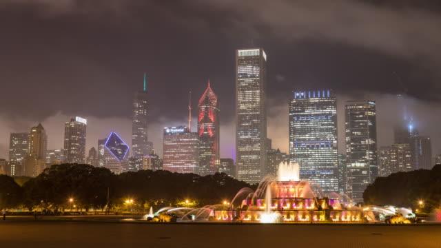 Buckingham-Fountain-y-el-horizonte-de-Chicago-en-Timelapse-de-noche