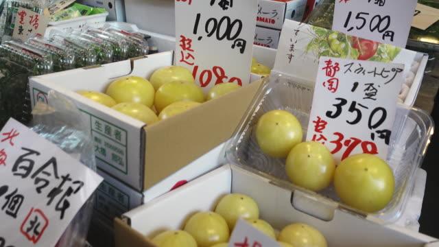 Close-up-Pfanne-von-Rohkost-und-Preisen-in-einem-japanischen-Fischmarkt