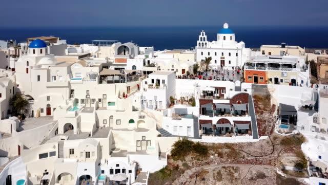 Sobrevuelo-de-la-ciudad-de-Oia-al-atardecer-isla-de-Santorini-Grecia